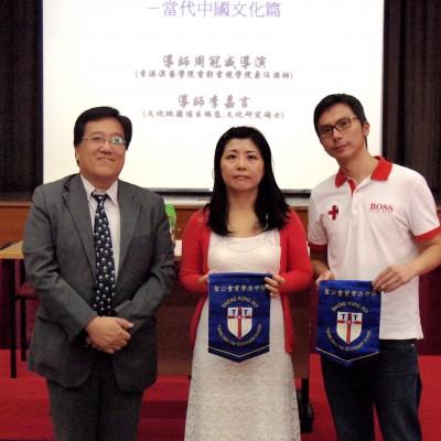聖公會曾肇添中學,王裕泰校長向本會頒發錦旗