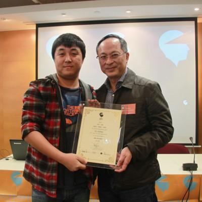 嘉賓前任香港藝術發展局電影及媒體藝術組主席杜琪峯導演頒發最佳動畫獎予《我很勇敢》製作團隊代表