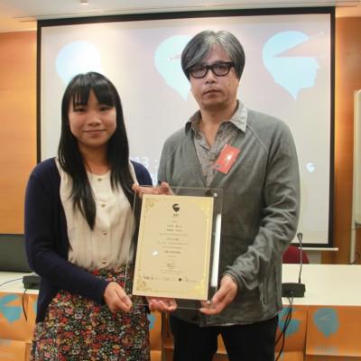 嘉賓文化地圖動畫專業顧問及香港浸會大學電影學院助理教授文志華先生頒發優秀動畫獎予《紅線》製作團隊代表
