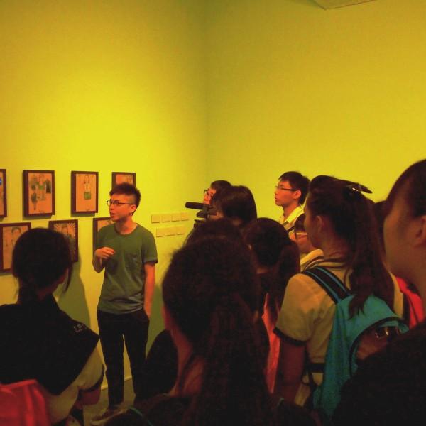 奧沙觀塘畫廊, Dirty Paper於學生工作坊講解作品創作動機。